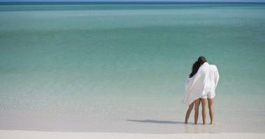 44118823-H1-Couple_on_the_Beach