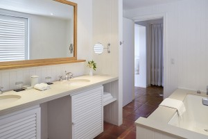 52324047-H1-COMO_Suite_Bathroom_1